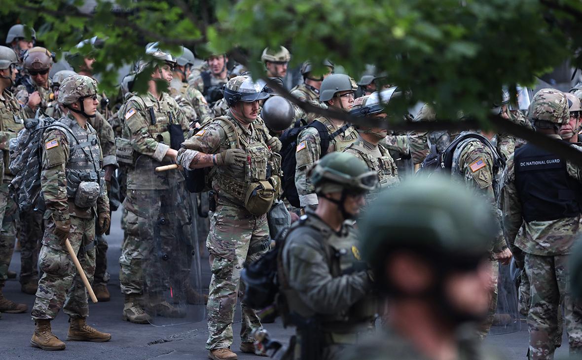 Сотрудники правоохранительных органов во время массовых беспорядков в США