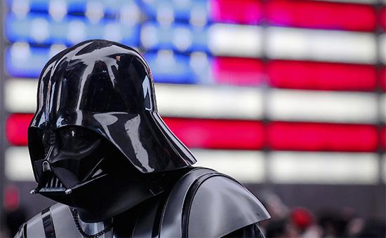 Фанат «Звездных войн» в костюме Дарта Вейдера на Таймс-сквер в Нью-Йорке