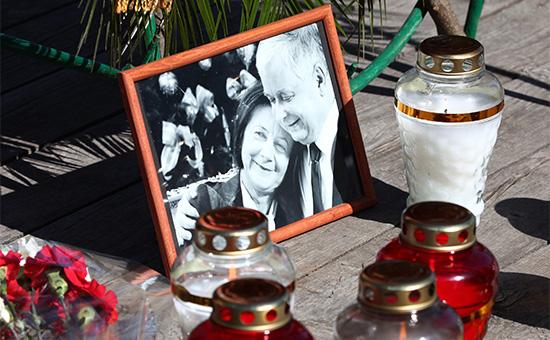 Фотография президента Польши Леха Качиньского иего супруги Марии вовремя траурного мероприятия, посвященного пятой годовщине содня авиакатастрофы польского самолета Ту-154 подСмоленском