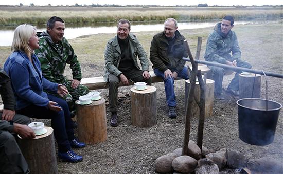 Премьер-министр РФ Дмитрий Медведев (в центре) и президент РФ Владимир Путин (второй справа) во время отдыха на берегу озера Ильмень