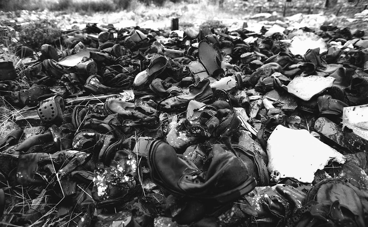 Обувь узников, оставшаяся на месте лагеря Бутугычаг