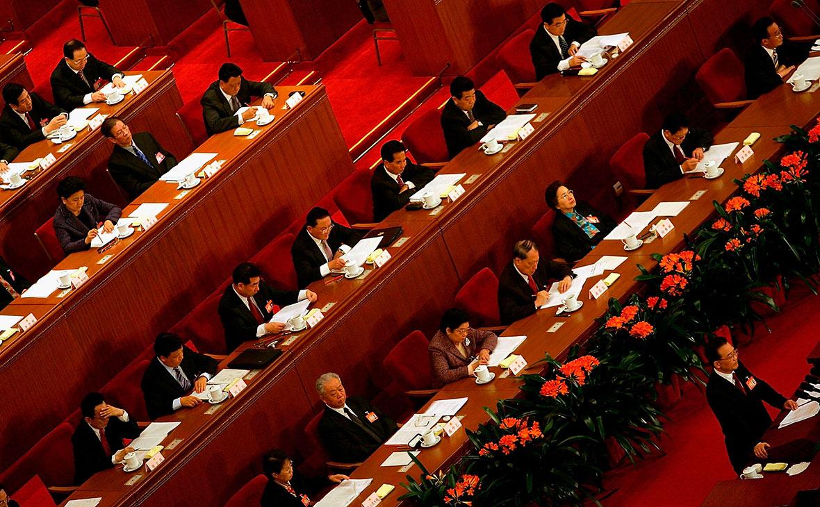 NYT узнала о планах властей США запретить въезд членам Компартии Китая