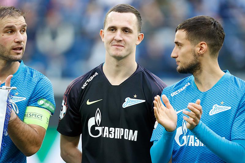 Игрок команды «Зенит» Андрей Лунев (в центре)