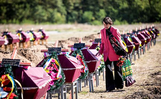 Церемония похорон неопознанных солдат наКушугумском кладбище. Предположительно, это тела военнослужащих из93-й, 51-й, 24-й бригад ибатальона «Донбасс», погибших подИловайском в ходе военного конфликта наюго-востоке страны. Архивное фото