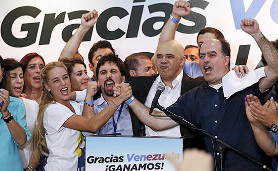 Представители оппозиционной коалиции центристских партий «Блок демократического единства» (MUD) празднуют победу напарламентских выборах вВенесуэле