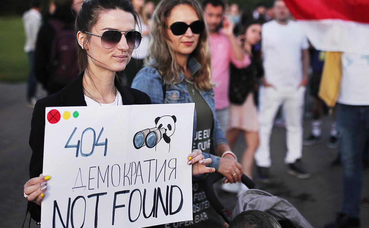 Участницы марша солидарности IT-индустрии на площади Победителей, Минск