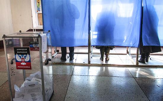Во время голосования навыборах главы Донецкой народной республики идепутатов Народного Совета республики наодном изизбирательных участков города. Архивное фото