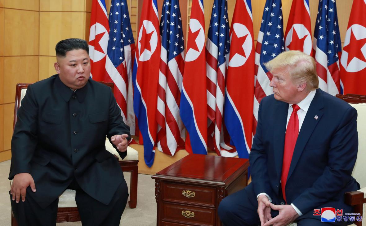 Ким Чен Ын и Дональд Трамп на встрече в демилитаризованной зоне в Пханмунджоме. Июнь,2019.