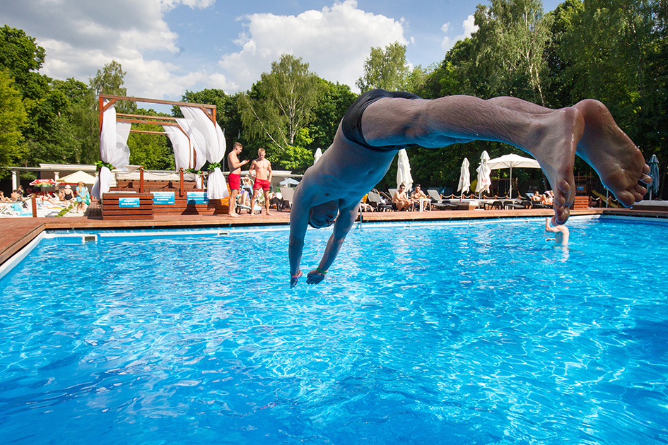 Отдыхающие в бассейне в парке «Сокольники»