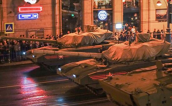Танки «Армата» во время проезда военной техники по Тверской улице перед началом репетиции парада на Красной площади