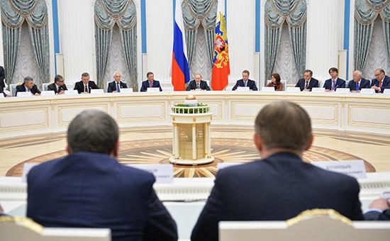 Президент России Владимир Путин (в центре) навстрече спредставителями деловых кругов страны, которая прошла вКремле