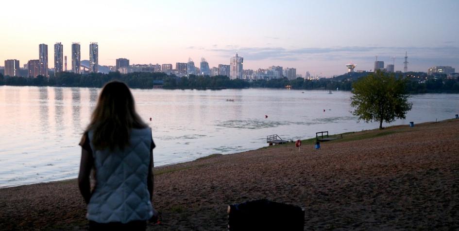 Пляж в деревне Мякинино района Кунцево. На другом берегу Москвы-реки расположены новостройки Московской области