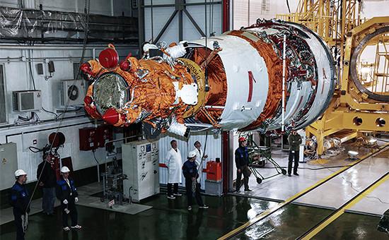 Специалисты предприятий ракетно-космической отрасли готовят аппаратдистанционного зондирования Земли «Ресурс-П» №3 кпуску накосмодроме Байконур. Февраль 2016 года