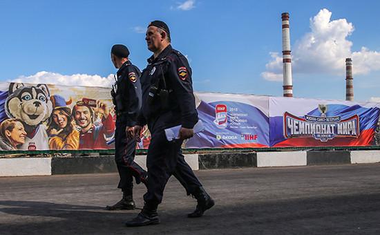 Сотрудники полиции у спортивного комплекса «ВТБ Ледовый дворец», гдепрошли матчи чемпионата мира похоккею— 2016