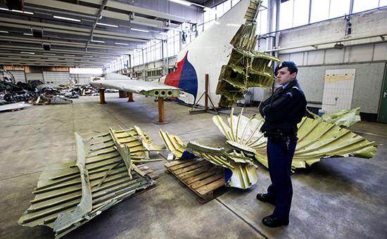 Обломки самолета Boeing авиакомпании Malaysia Airlines на голландской авиабазе