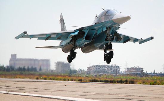 Российский истребитель-бомбардировщик Су-34 ваэропорту Латакии вСирии