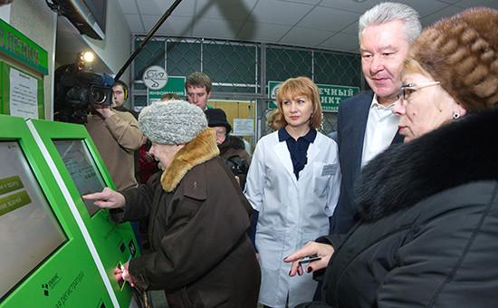 Мэр Москвы Сергей Собянинво время посещенияполиклиники в Москве, 2012 год