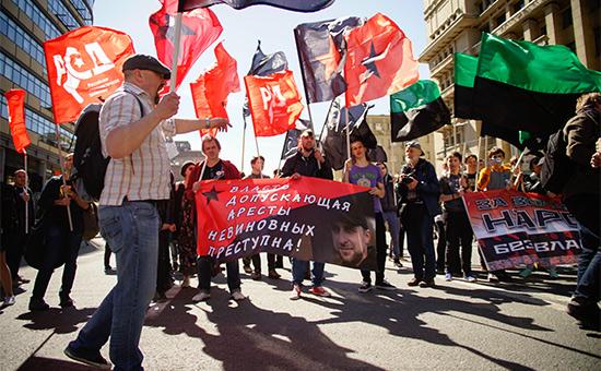 Участники шествия оппозиции по проспекту академика Сахарова в Москве