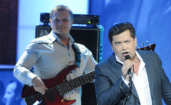 Бас-гитарист группы «Любэ» Павел Усанов (слева)