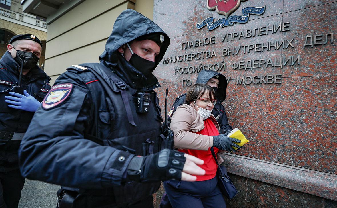 Сотрудники полиции задерживают Юлию Галямину, 29 мая 2020г.