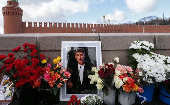 Цветы наБольшом Москворецком мосту, гдевночь на28 февраля 2015 года был убит Борис Немцов. 27 февраля 2016 года