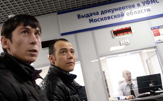 Иностранные граждане получают трудовой патент в Едином миграционном центре Московской области
