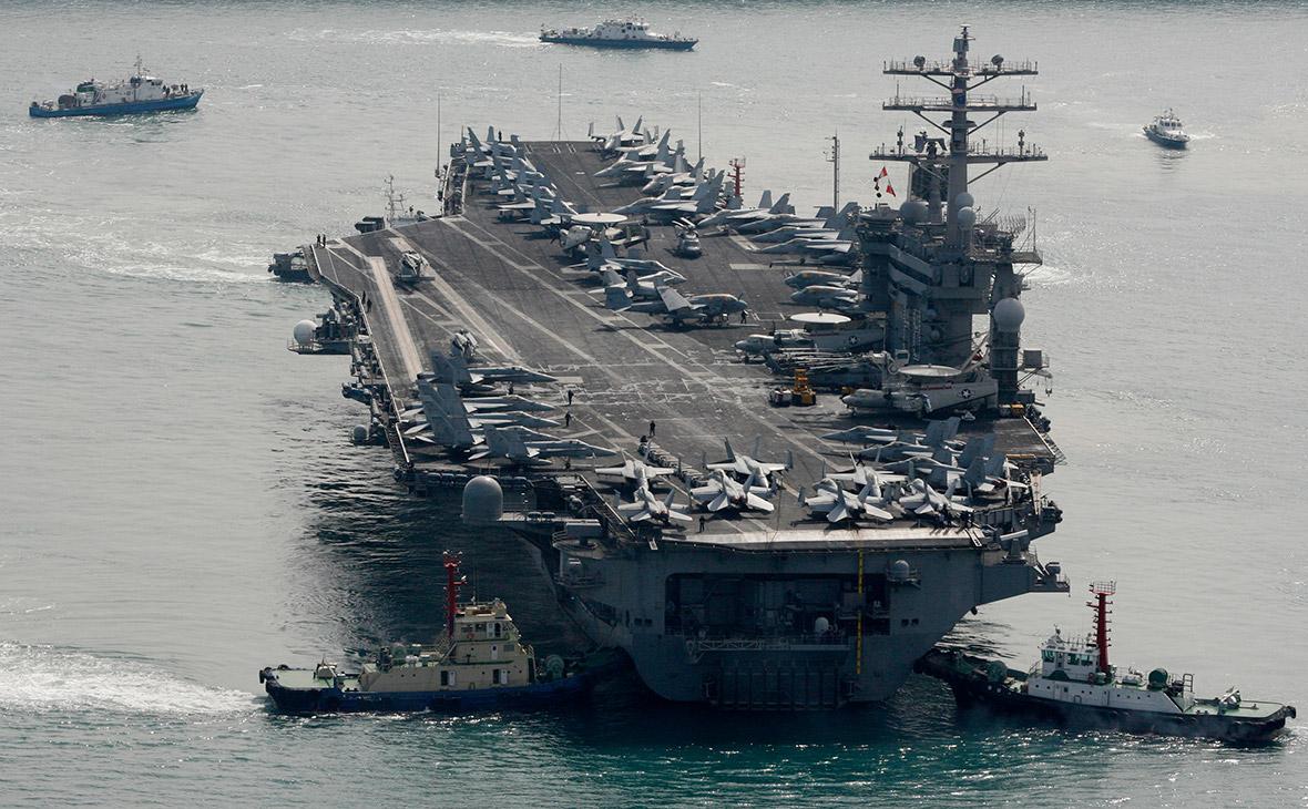 Американский авианосец на военно-морской базе США в Пусане. Южная Корея
