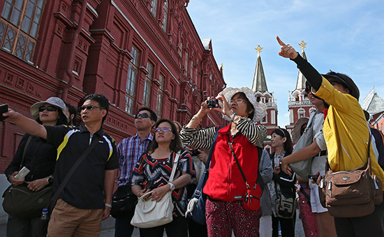 Туристы у здания Государственного исторического музея на Красной площади