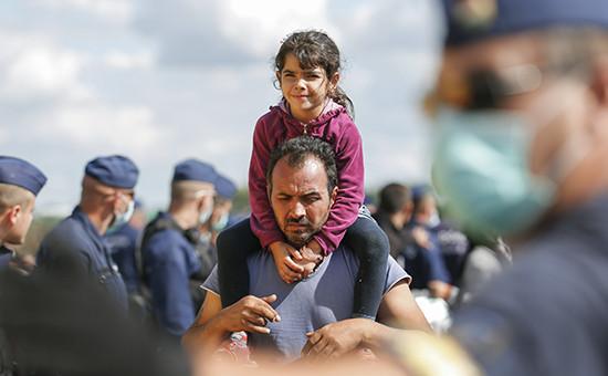Мигранты вочереди за едой в импровизированном лагере в Венгрии