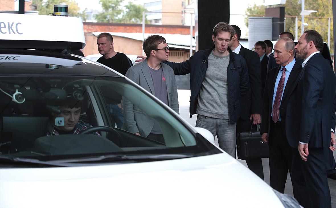 Владимир Путин во время презентации прототипа беспилотного автомобиля «Яндекс. Такси»