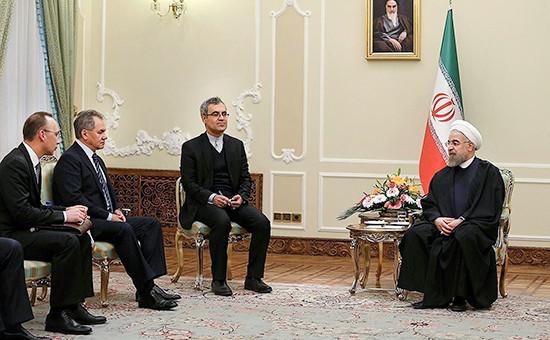Министр обороны России Сергей Шойгу (второй слева) и президент Ирана Хасан Рухани (справа) во время встречи