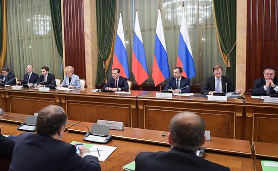 Премьер-министр РФ Дмитрий Медведев (в центре на втором плане) на встрече с представителями бизнеса в доме правительтсва РФ