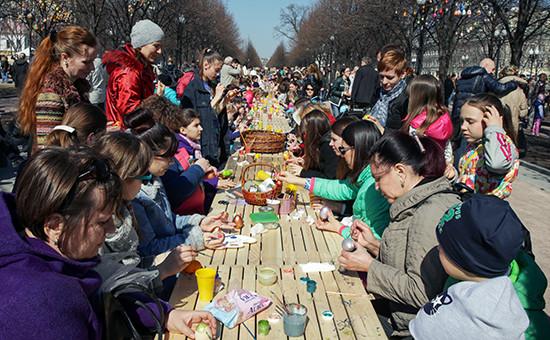 Участники фестиваля во время празднования Пасхи на Цветном бульваре