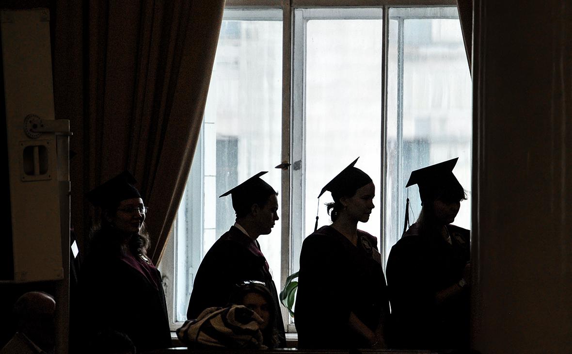 Студенты в здании МГУ