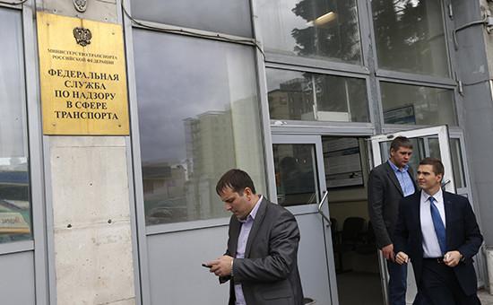 Вход в офис Федеральной службы по надзору в сфере транспорта, где сотрудники Следственного комитета РФ проводили обыски.28 сентября 2016 года