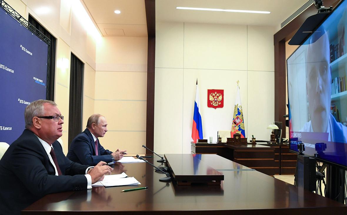 Владимир Путин (справа) Андрей Костин в Ново-Огарево во время 12-го инвестиционного форума ВТБ Капитал «Россия зовет!»