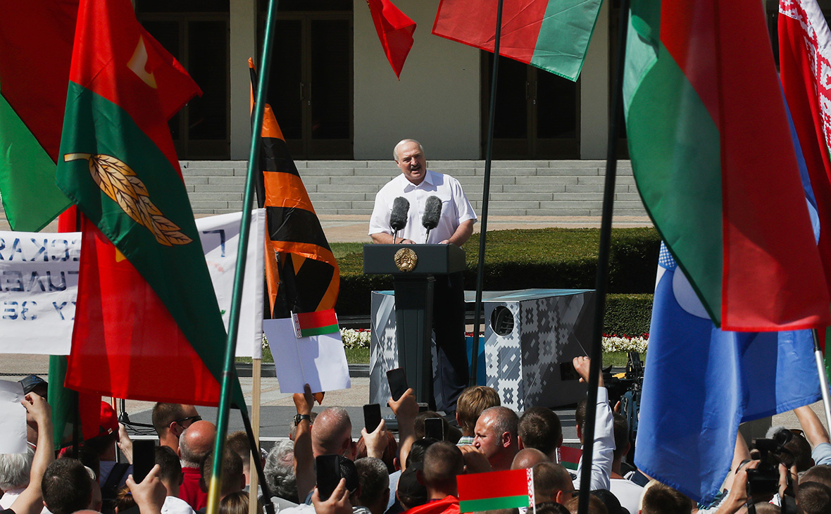 Александр Лукашенко выступает на митинге своих сторонников на площади Независимости в Минске