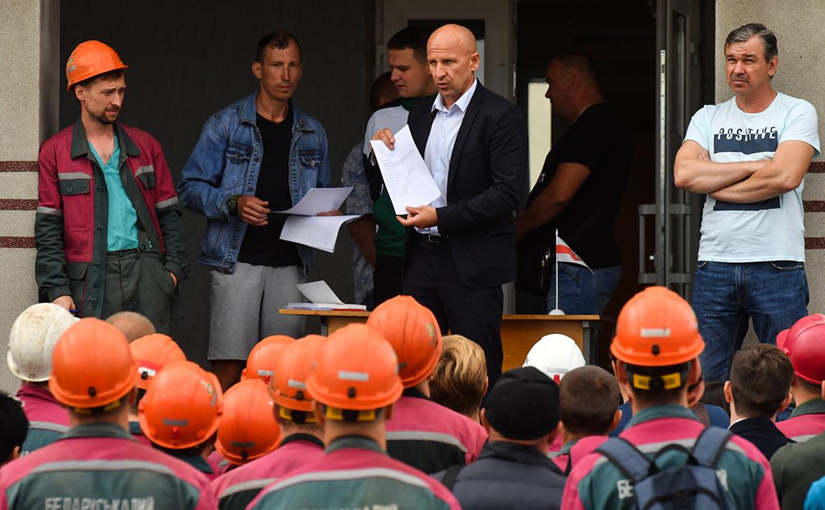 Дмитрий Куделевич (в центре) на забастовке рабочих предприятия «Беларуськалий»