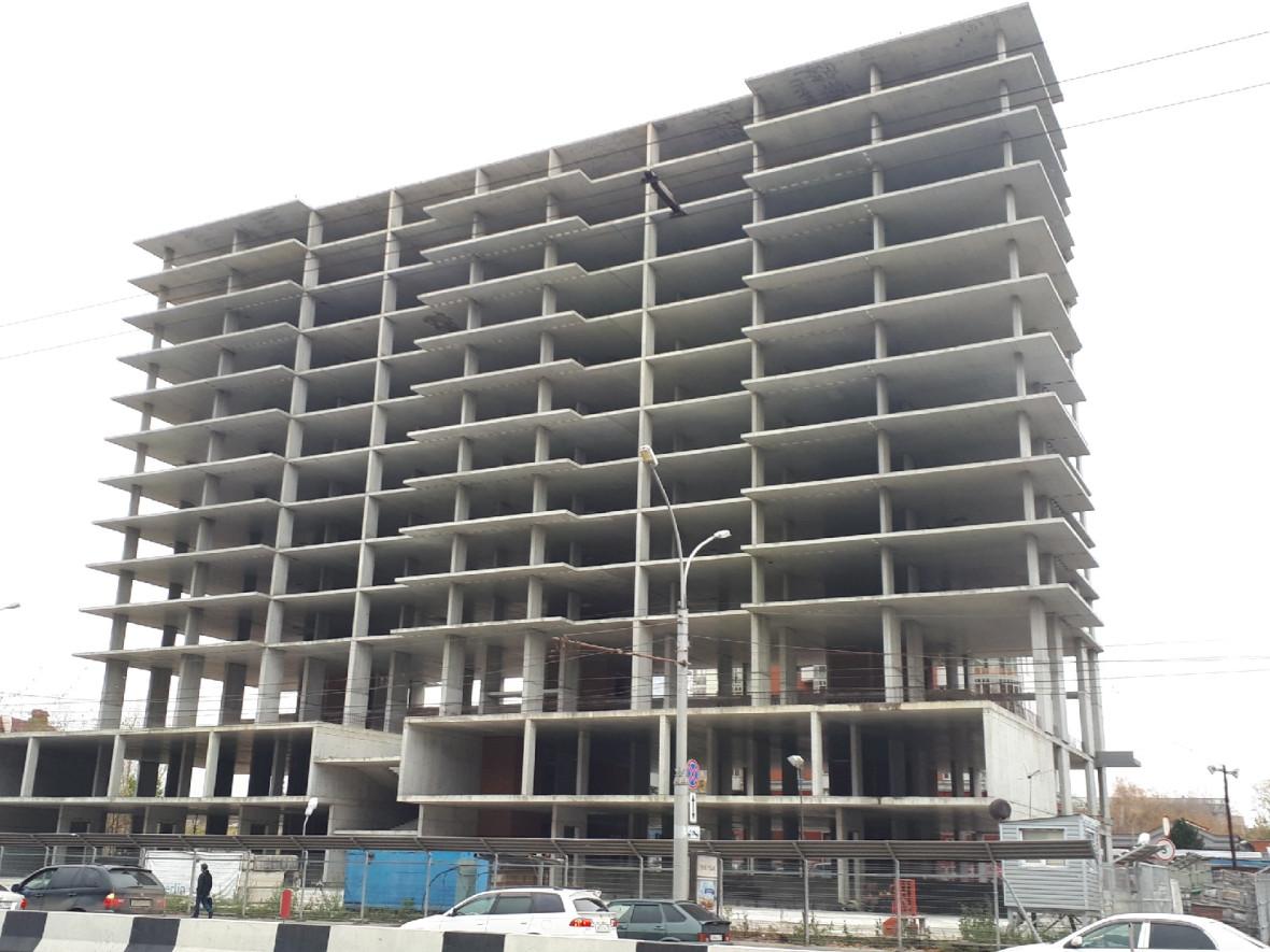 В проекте был заявлен 24-этажный жилой дом с 88 квартирами от 10 кв.м, зеленая терраса площадью около 2 тыс. кв. м, которая сочетает в себе открытую летнюю террасу и зимний сад
