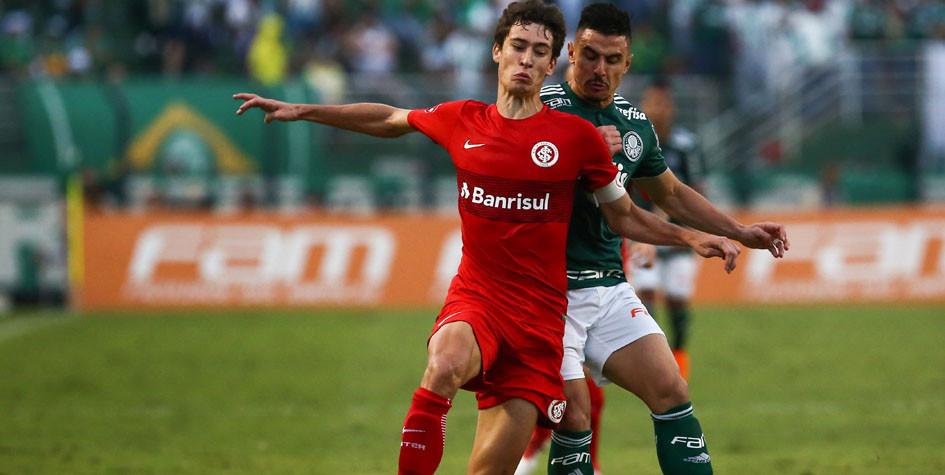 Полузащитник «Интернасьоналя» Родриго Доурадо (слева) в матче против «Палмейраса»