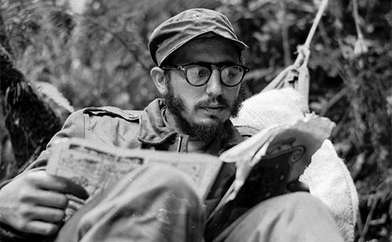Фидель Кастро на партизанской базе в горах Сьерра-Маэстро. 1957 год
