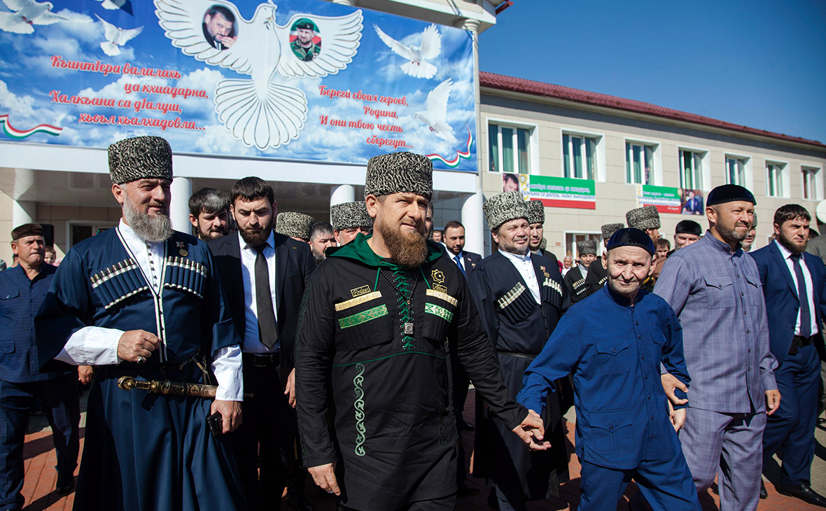 Рамзан Кадыров (в центре) в селе Центарой