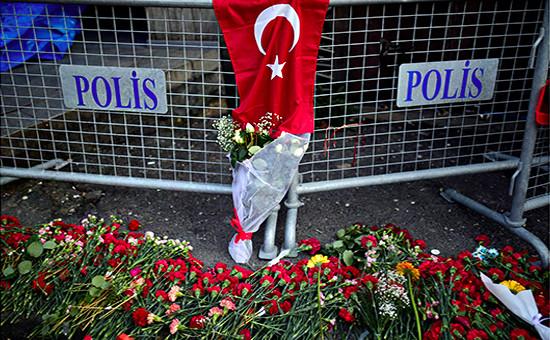 Цветы у входа в ночной клуб Reina, атакованный боевиком. Стамбул, 2 января 2017 года