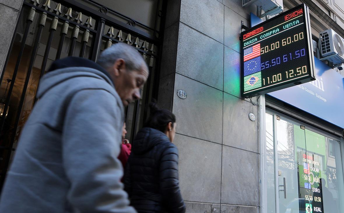 Аргентинский песо рухнул после поражения президента страны на праймериз