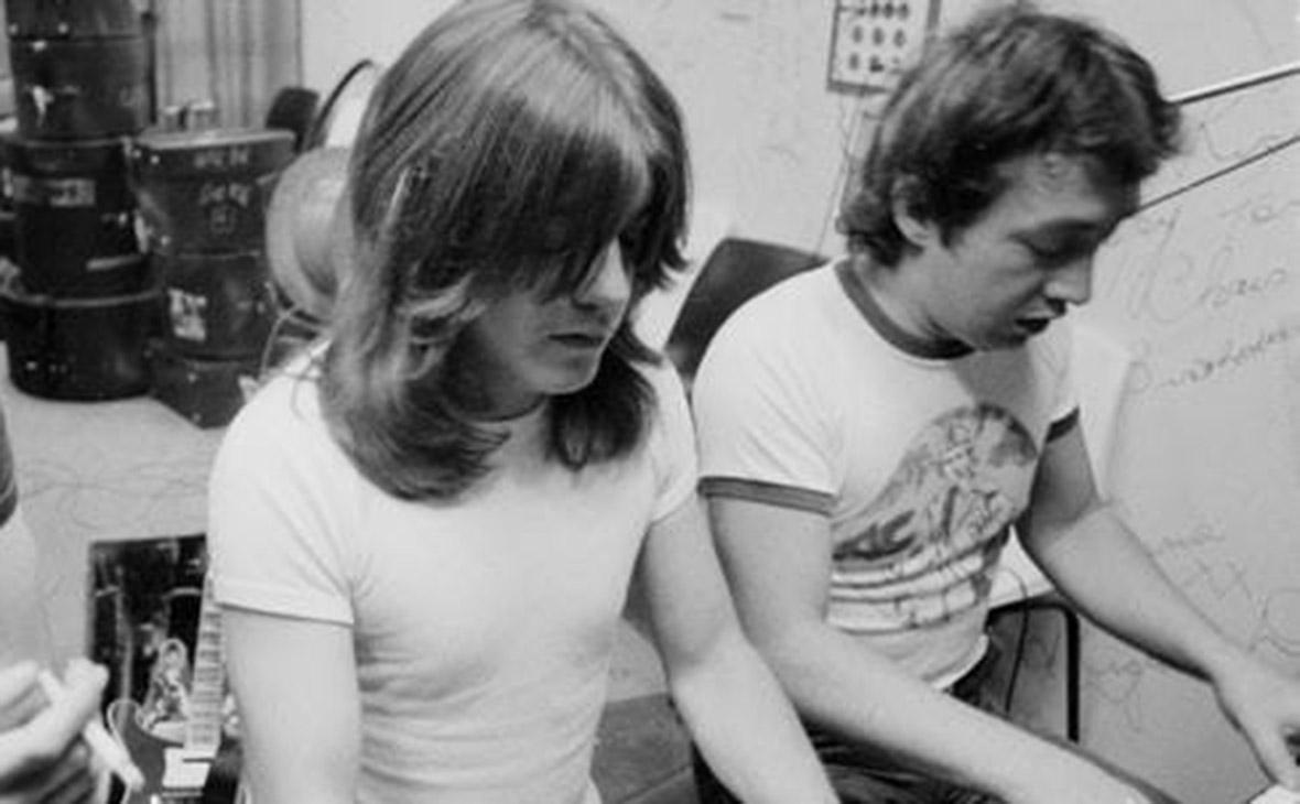 Джордж Янг (справа)
