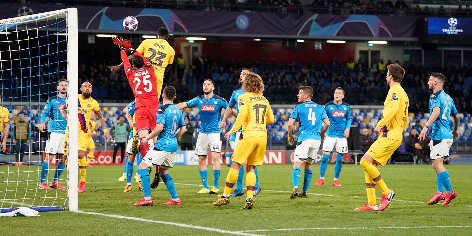 Эпизод первого матча 1/8 финала Лиги чемпионов между «Барселоной» и «Наполи»