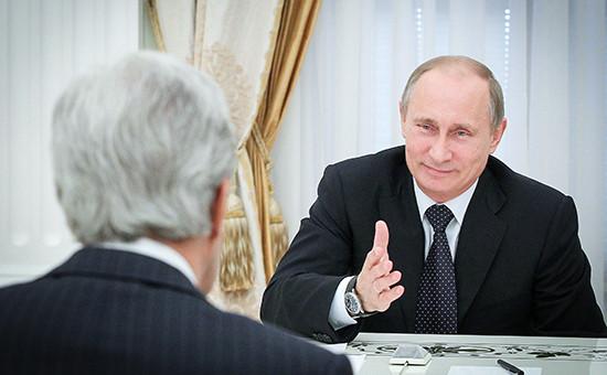 Госсекретарь США Джон Керри и президент РФ Владимир Путин (слева направо) во время встречи в Кремле. Архивное фото