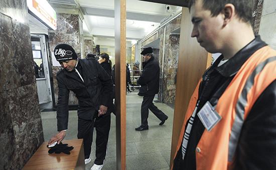 Во время досмотра пассажира и его багажа на специально оборудованном пункте досмотра на станции метро «Охотный ряд»
