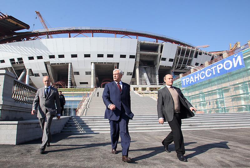 Губернатор Петербурга Георгий Полтавченко (в центре) и руководитель его пресс-службы Андрей Кибитов (справа)