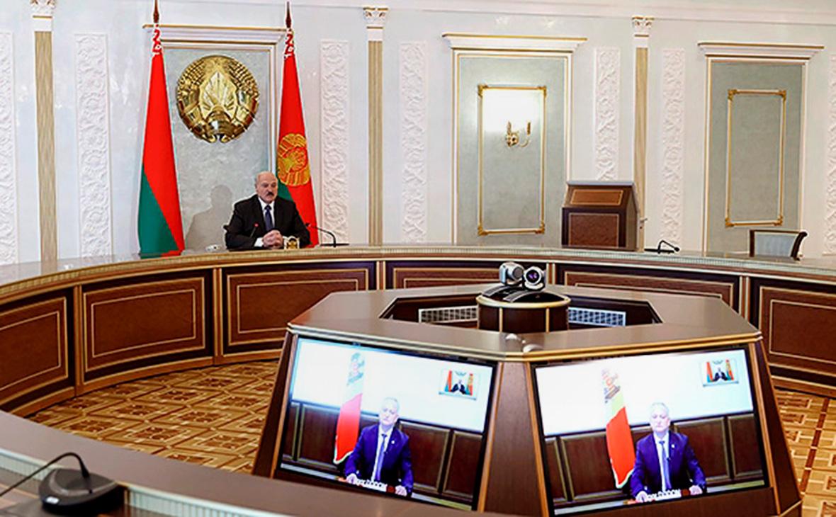 Александр Лукашенко на переговорах в формате видеоконференции с Игорем Додоном
